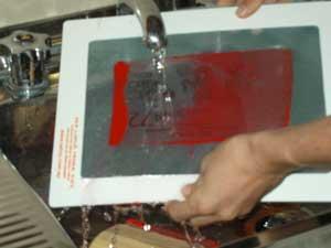 membersihkan-screen-sablon